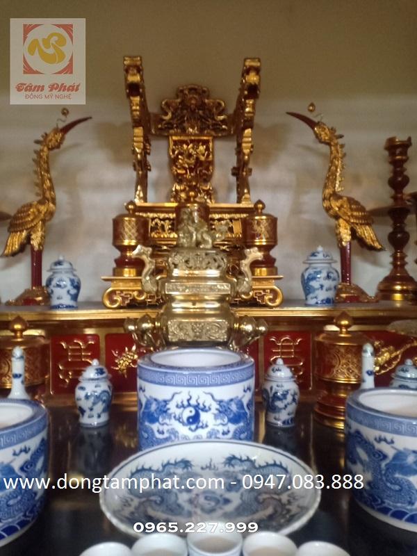 Lắp đặt các hạng mục, vật phẩm thờ cúng bằng đồng cho gian thờ